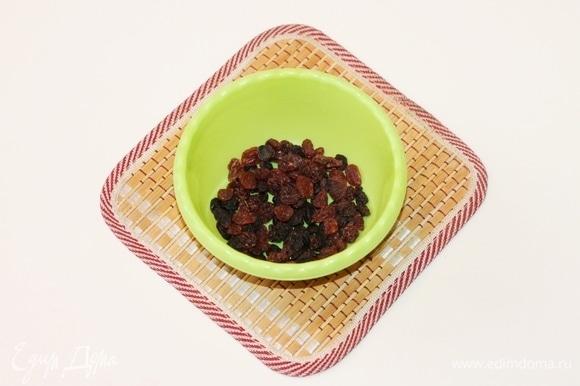 Изюм за полчаса до приготовления залить кипятком (или смесью кипятка с ромом). Воду слить, изюм выложить в сито.