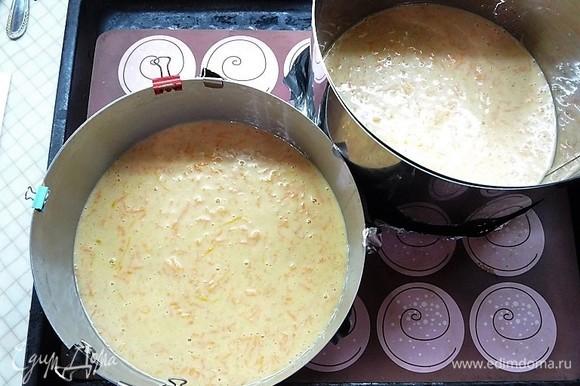 Выливаем тесто в две формы объемом 22 см. Выпекаем бисквиты в заранее разогретой духовке при температуре 170°C 35–40 минут.