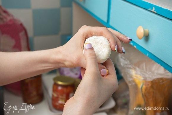 Чтобы получились идеальные по форме сырники, сначала надо скатать шарик, а потом сплющить его между пальцами, как будто делаем жест «Все ок!».