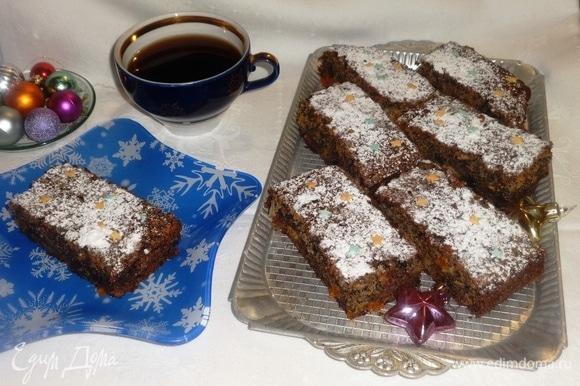 Подать пирог на праздничный стол вместе с любимым напитком. Угощайтесь! Приятного аппетита! С Новым годом!