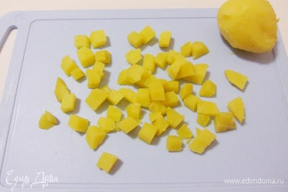 Вареный картофель нарезать ломтиками.