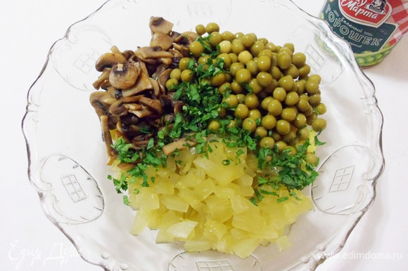 Добавить в салатник к картофелю шампиньоны, зеленый горошек, маринованные огурцы и мелконарезанные листья петрушки.