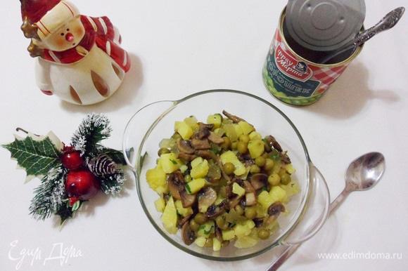 Приправить солью и перцем, перемешать. Оливье вегетарианский готов.