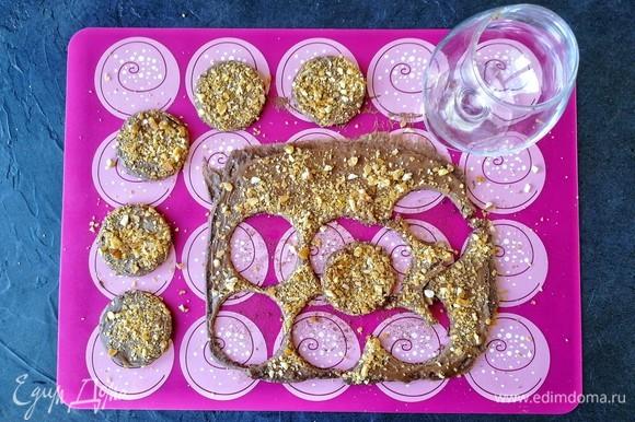 От души посыпаем бисквит пралине, которое хорошо прилипает к шоколаду. Вырезаем 6 кружочков. Диаметр их зависит от того, какая конечная у вас форма. Бисквит должен быть меньше по размеру!