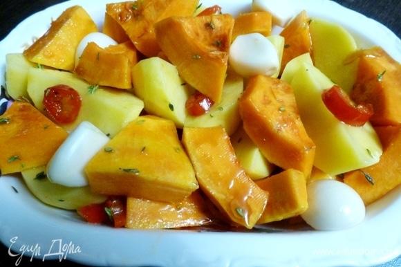 Теперь собираем блюдо. Перемешаем картофель, тыкву и чеснок, польем соевым соусом и растительным маслом. Выкладываем в форму.