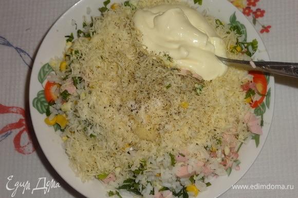 В салат добавить половину сыра, чеснок, соль, перец, майонез, еще раз перемешать.
