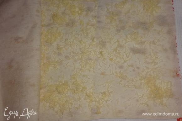 Лист лаваша согнуть пополам, обрезать неровные края. Развернуть лист как книгу, посыпать внутреннюю поверхность лаваша оставшимся сыром, закрыть второй половиной.