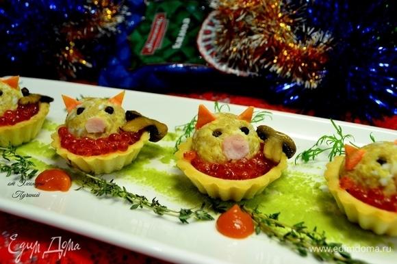 На блюдо наносим лопаткой васаби тонким слоем, ставим нашу закуску в тарталетках, украшаем веточками зелени и любимым соусом.