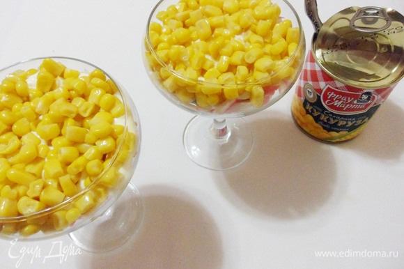 Сверху распределить консервированную кукурузу.