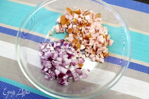 Копченую курицу (у меня голени) освободить от костей, жира и кожи, нарезать мелким кубиком. Сладкий лук нарезать так же. Если лук горчит, то лучше залить его горячей водой на полминуты и охладить в холодной воде.