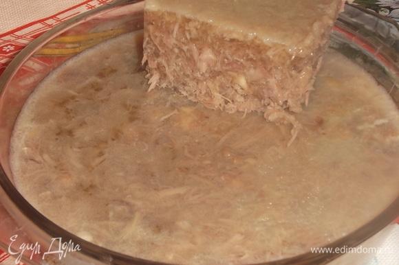 Говяжью ногу и шеи индейки замочить в холодной воде на 2–3 часа. Слить воду, промыть мясо. Уложить в кастрюлю. Залить водой так, чтобы она полностью покрыла мясо в высоту не более 1 см. Поставить на огонь, довести до кипения, удалить шумовкой пену. Добавить душистый перец и очищенные овощи целиком. Убавить огонь и варить на самом маленьком огне 8 часов. Мясо отделить от костей, нарезать. Бульон процедить.
