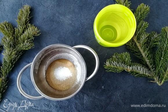 В первую очередь необходимо замочить желатин в ледяной воде. Я использовала листовой. Затем в сотейнике соединяем сахар и малиновое пюре. Чисто малиновое я не нашла, поэтому использовала детское пюре «яблоко + малина». Очень удобно! Ставим сотейник на плиту, доводим до кипения и варим буквально 1 минутку.