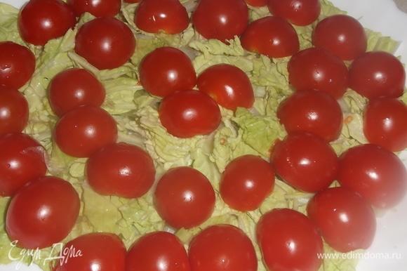 По верх уложить разрезанные пополам томаты.