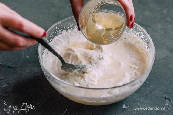 Тонкой струйкой аккуратно вводить желатин, помешивая суфле.