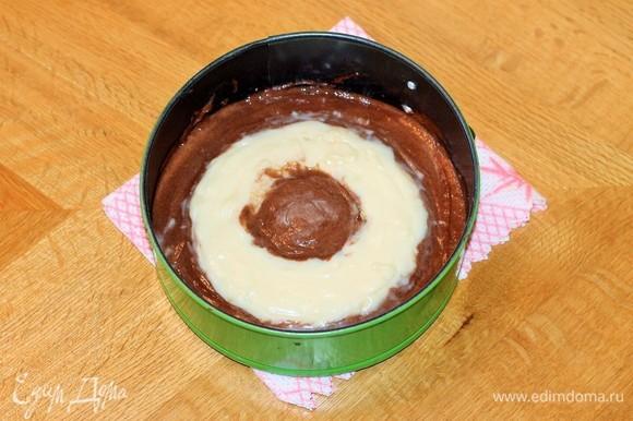 Аккуратно выложить на тесто крем по кругу, кольцом. Это можно сделать ложкой или выдавить крем из кулинарного пакета.
