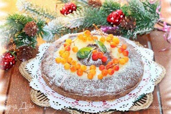 Поставить форму в разогретую духовку и выпекать при температуре 180°C, 30 минут. Готовность пирога, проверяйте зубочисткой. Пирог готов!