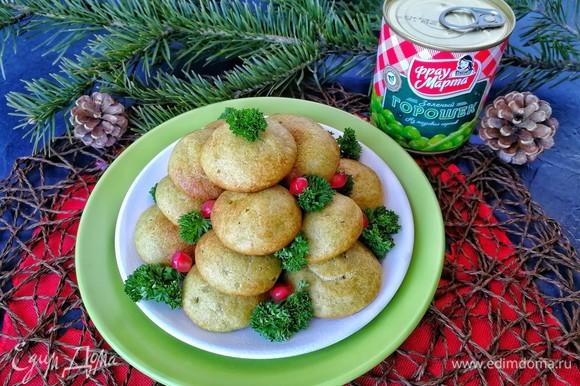 Выкладываем эклеры на тарелку в виде пирамидки. Украшаем зеленью петрушки и зернами граната, так сказать, наряжаем тем самым елочку. Закусочные эклеры готовы! Приятного аппетита и с Новым годом!