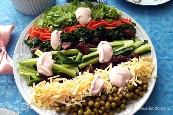 Сочный и островатый салат понравится всем. Перемешать, полив заправкой.
