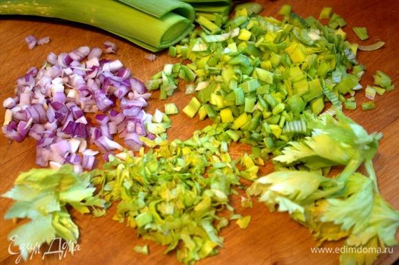 Подготовить и нарезать маленький красный лук и зелень.