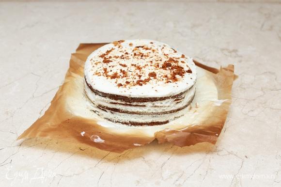 Перед подачей снимите кольцо (если использовали), выровняйте бока остатками крема и украсьте торт по вкусу.
