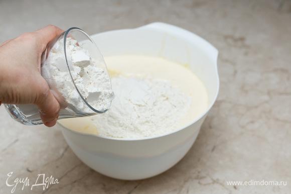 Добавьте муку, смешанную с содой и разрыхлителем для теста. Тщательно перемешайте тесто, чтобы не было комков.