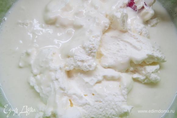 Добавить желатин и перемешать до однородности. Охладить смесь до комнатной температуры, добавить Pâte à Bombe и аккуратно перемешать. Затем ввести взбитые сливки и итальянскую меренгу. Аккуратно перемешайте все силиконовой лопаточкой.
