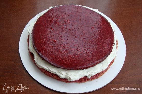 Приступаем к сборке торта. Для этого один корж установить на блюдо. Сверху нанести 1/4 часть крема, аккуратно уложить малиновое конфи. Сверху нанести еще 1/4 часть крема и накрыть вторым коржом. Все повторить еще раз.