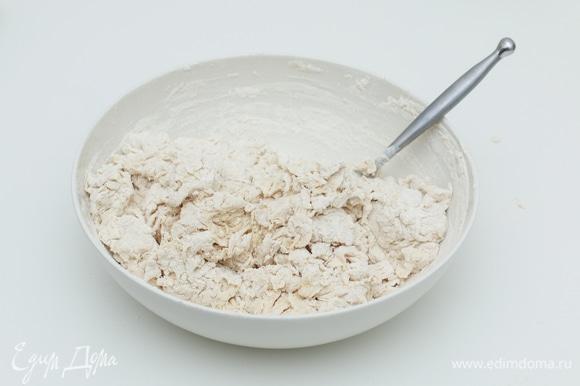 В широкой миске смешайте воду комнатной температуры и закваску, затем добавьте муку (пшеничную и ржаную) и дрожжи.