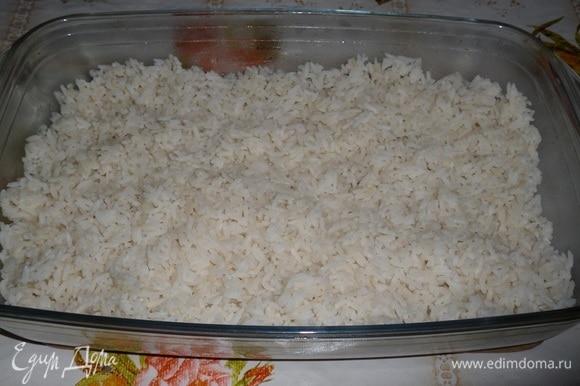 В форму для запекания выкладываем отварной рис, равномерно распределяем.