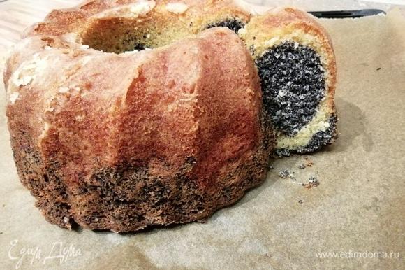 Выпекать в заранее разогретой до 150°C духовке около 40–50 минут. Тест на сухую палочку подскажет о готовности кекса. Сначала охладить на решетке и только после отрезать кусочек.