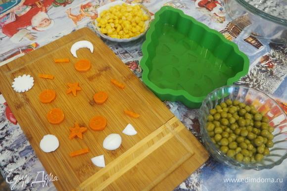 Вырезаем из овощей и яичного белка разные фигурки. Можно просто порезать на кубики.