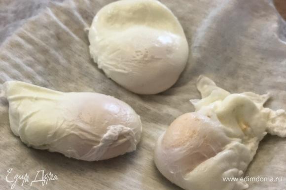 Выложите яйца на бумажное полотенце, чтобы стекла лишняя вода.