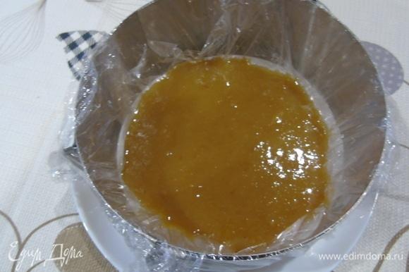 Форму чуть меньше чем выпекался бисквит, выстилаем пленкой и выливаем пюре. Отправляем в холодильник до застывания.