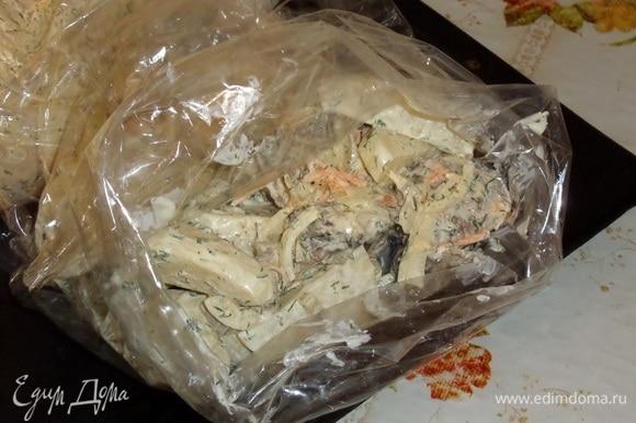 В подготовленные пакеты для запекания выкладываем картофель с майонезом и укропом и говядину с овощами.