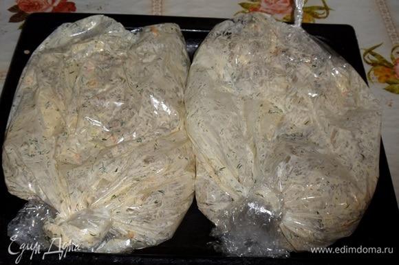 Весь объем подготовленных продуктов я распределила на 2 пакета. Помещаем противень с пакетами в духовку.