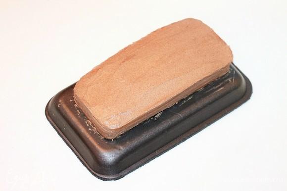 Верх и бока торта смазать кремом с какао. Если осталась крошка от верхушки бисквита, то обсыпать бока торта. Охладить торт в холодильнике, в течение 1 часа. Я охлаждала на балконе.