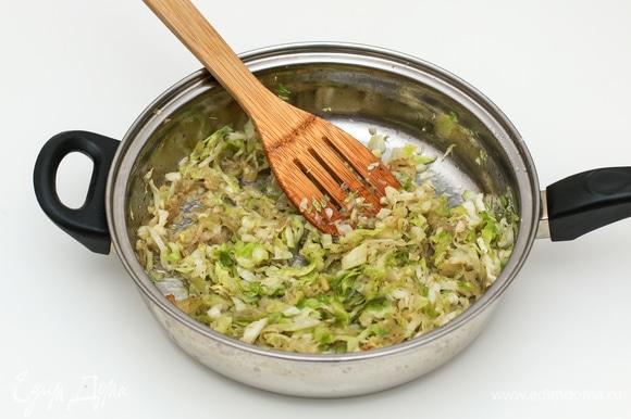 Пока тесто отдыхает, займитесь начинкой. В растительном масле слегка обжарьте лук (можете нарезать произвольно), затем добавьте нашинкованную капусту и слегка потушите. Добавьте соль и перец по вкусу, снимите с огня, а перед использованием добавьте белок 1 яйца, тщательно перемешайте. Желток отделите, он понадобится для смазывания пирожков.