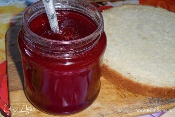 Для начинки я буду использовать ароматнейший клубничный джем из домашней собственноручно выращенной ягоды. Очень густой и очень вкусный!