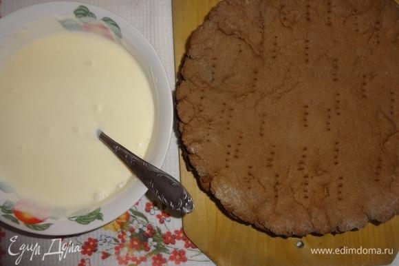 Готовым кремом смазать лепешки и уложить их друг на друга, не забывая оставить немного крема для смазывания боков торта.