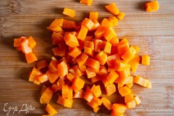 Нарезать отваренную морковь.