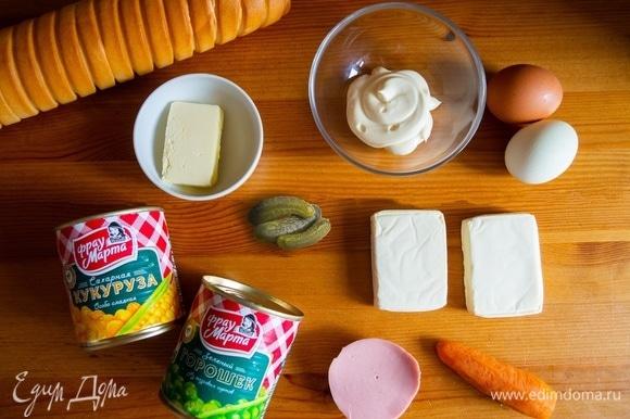 Подготовить ингредиенты для рецепта: отварить морковь и яйца.