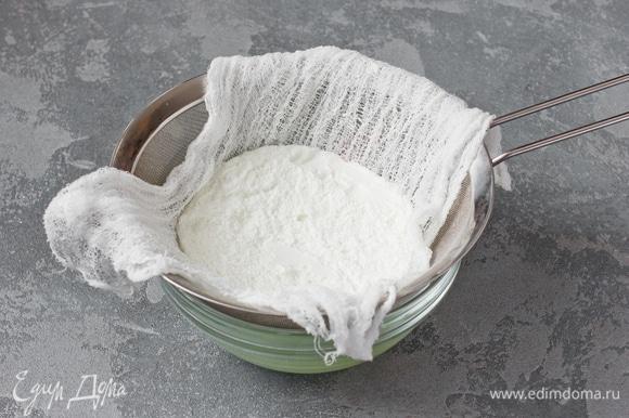 За сутки до приготовления: установить на глубокую миску сито, застелить его марлей. Выложить на марлю йогурт, накрыть его свободными концами марли и отправить в холодильник на 24 часа, дав стечь лишней сыворотке.