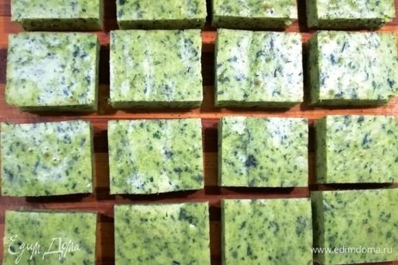 После выпечки бисквит приобретет нежно зеленый оттенок. Остывший бисквит нарезаем на небольшие прямоугольники.