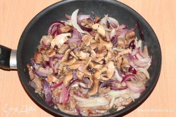 Добавляем топленое масло, порезанные пластинами грибы.