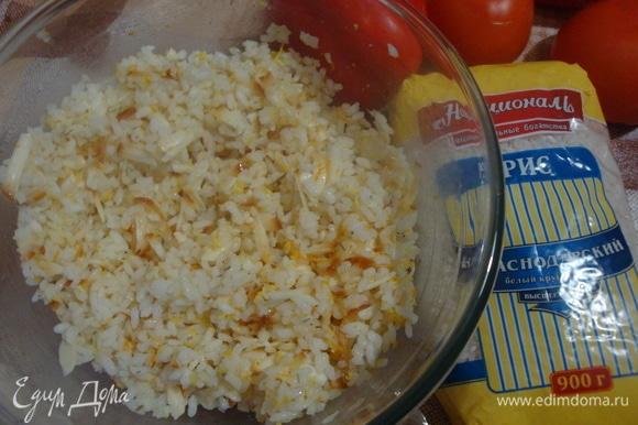 К рису добавить сыр, растопленное масло, цедру и розмарин. Перемешать.