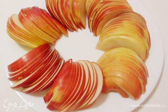 Подготовить яблоки. Красные яблоки разрезать пополам, вырезать сердцевину и нарезать дольками толщиной около 2 мм.