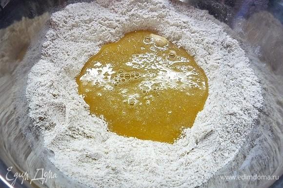Добавляем к муке яично-сахарную смесь.