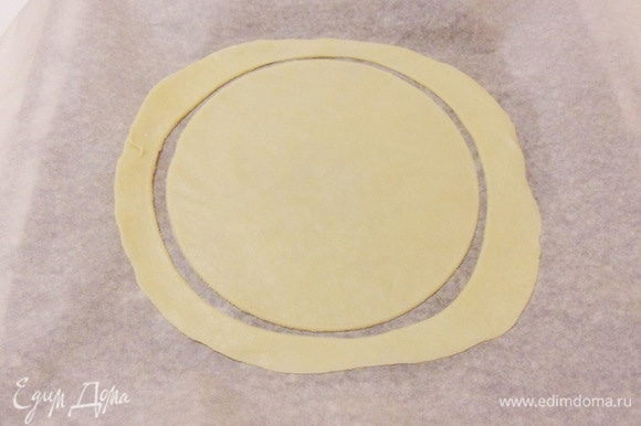 С помощью крышки вырезать круг.