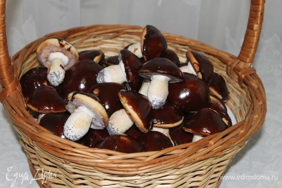 Сложите грибочки в корзину, добавьте мандарины, конфеты и ждите гостей с колядками и кутьей.