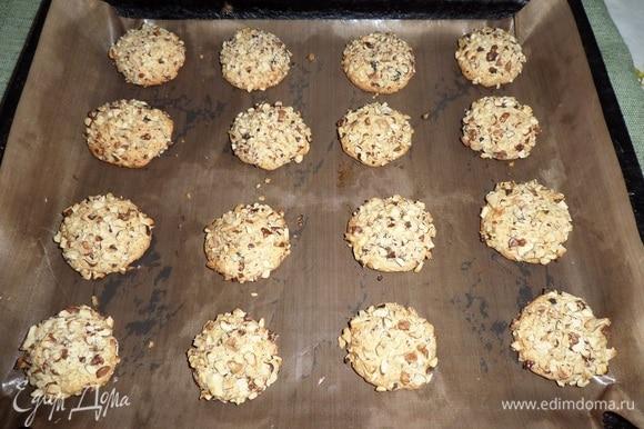 Помещаем противень в разогретую духовку. Выпекаем печенье 10–15 минут при 180°C.